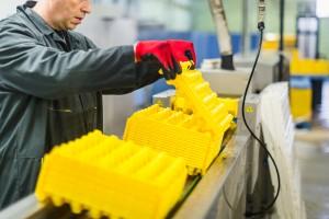 Un opérateur vérifie la qualité de lavage (2)